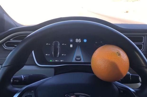 Tesla'yı bir portakalla kandıran sürücü