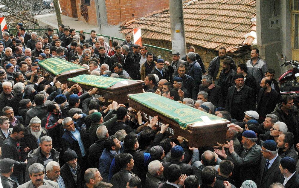 Kazada ölen aynı aileden 3 kişi yan yana toprağa verildi
