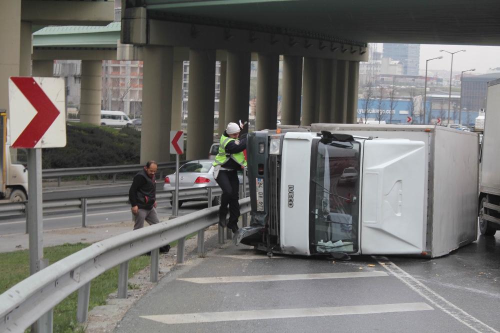 TEM'de devrilen kamyonetten burnu bile kanamadan çıktı