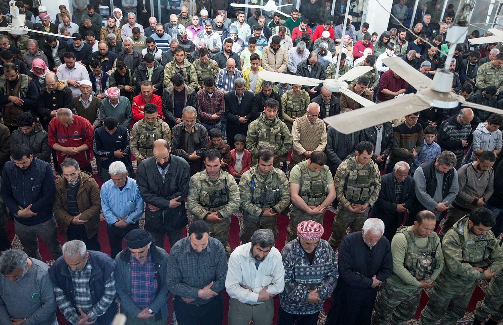 Afrinliler terörden sonra ilk cuma namazını Mehmetçik ile kıldı