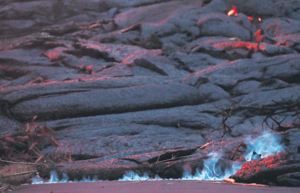 Kilauea mavi alevler yayıyor