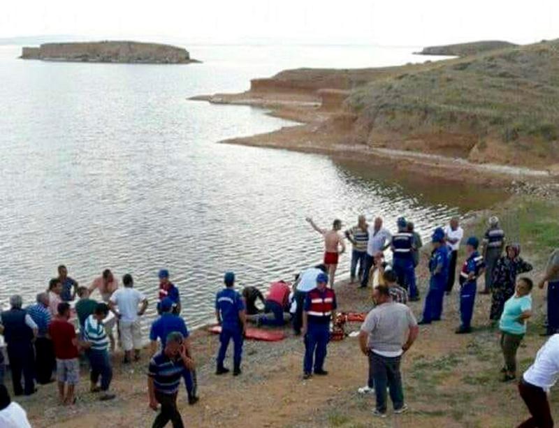 Baraj gölünde alabora olan bottakileri kurtarmak isterken...