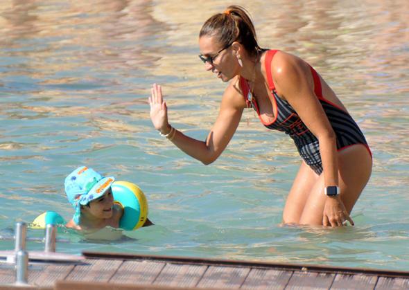 Ebru Akel oğluna yüzmeyi öğretti