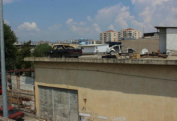 Esnaf hırsız korkusundan, hurda araçları çatıda saklamaya başladı