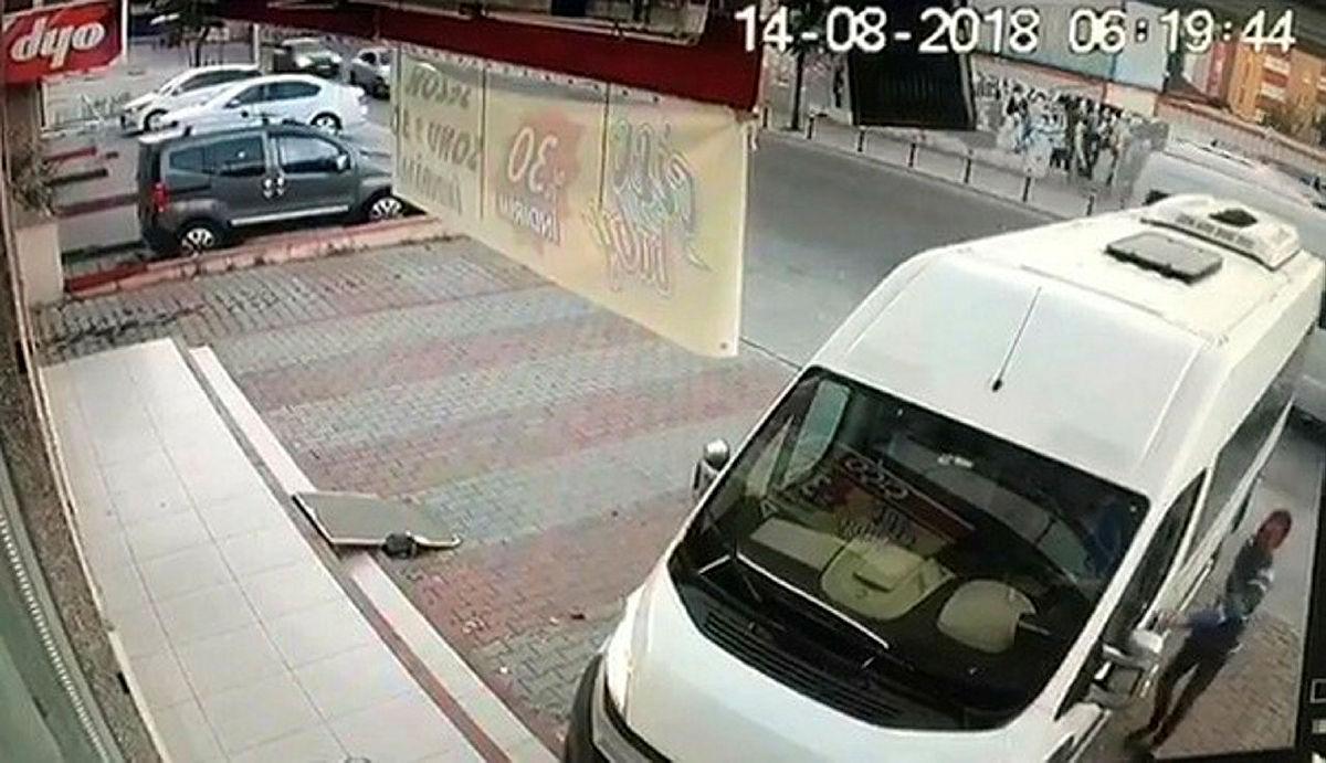 Kapıyı açtı, servis şoförünü vurdu, yoluna devam etti