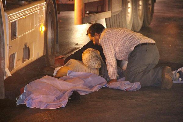 Yürekleri dağlayan an Oğlunun cansız bedenine sarılıp uyandırmaya çalıştı
