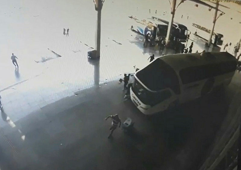 Manisa'da otobüsün yolcuların arasına dalma anının görüntüleri çıktı