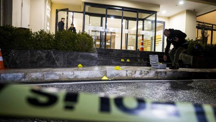 Gaziosmanpaşa'da site önünde silahlı saldırı: 1 kadın yaralı