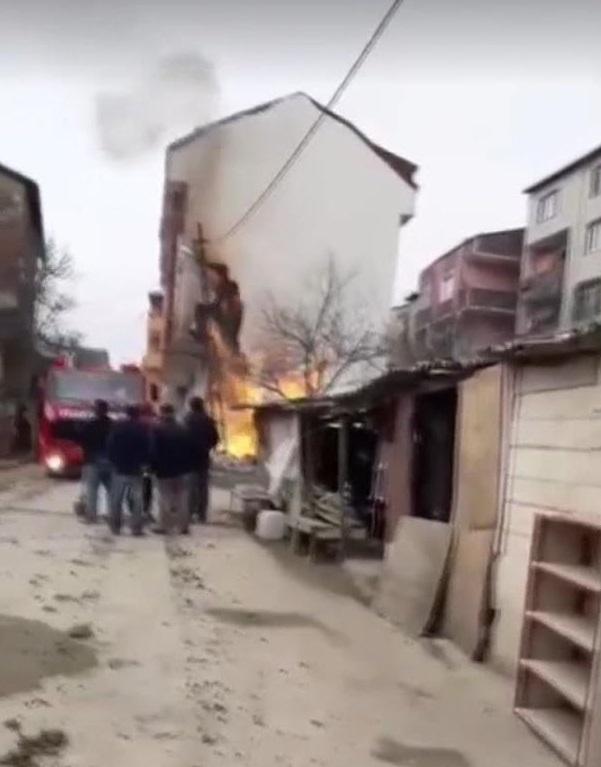 Arnavutköy'de kazı yapılırken doğalgaz borusu patladı; alevler yükseldi