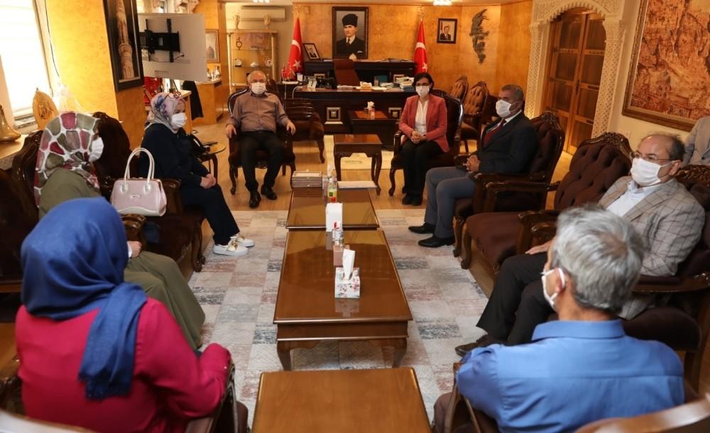 Mardin'de 47 üretici kadına ipek böceği kozaları dağıtıldı