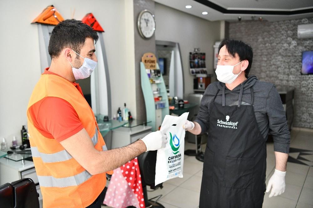 Çayırova'da berber ve kuaförlere maske dağıtıldı