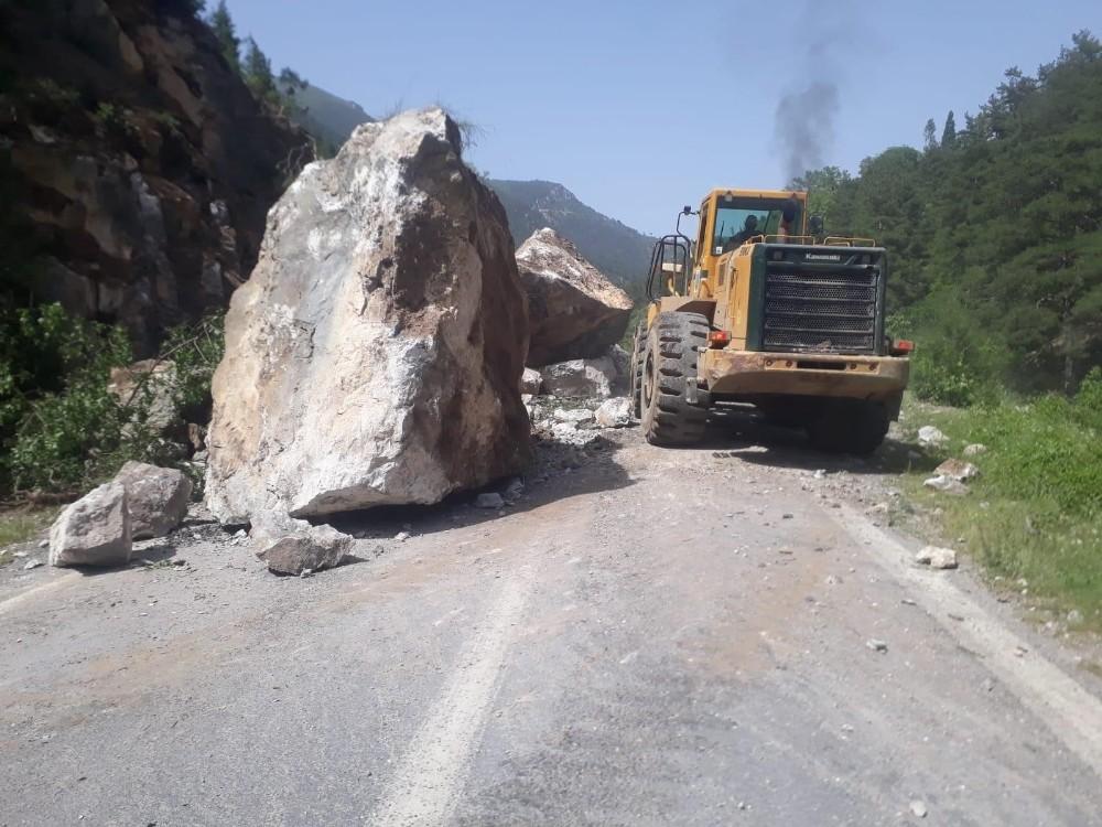 Dev kayaların düştüğü yol trafiğe açıldı