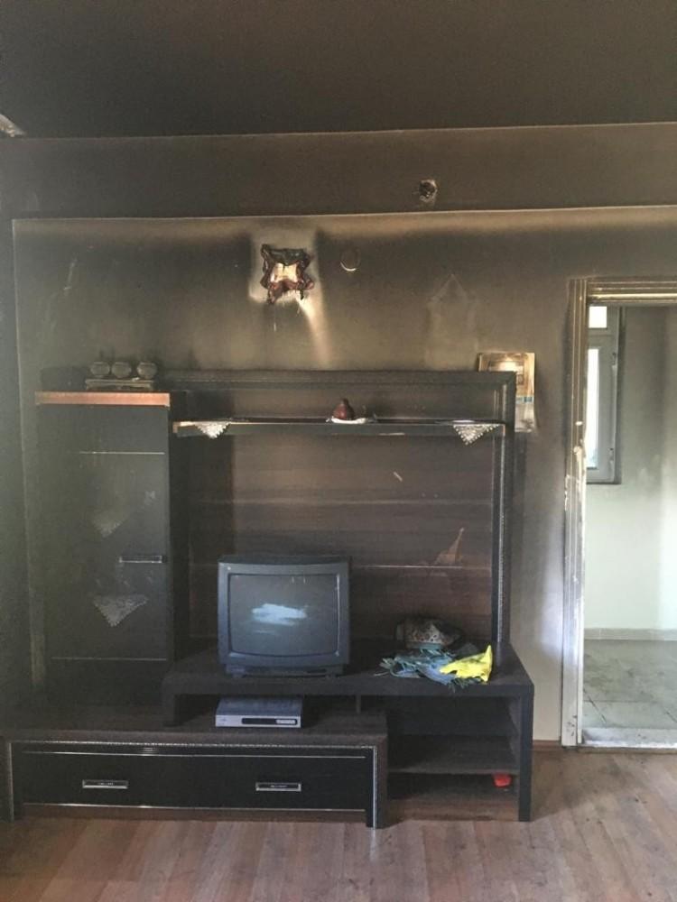 Mum evi yaktı, komşuların dikkati faciayı önledi