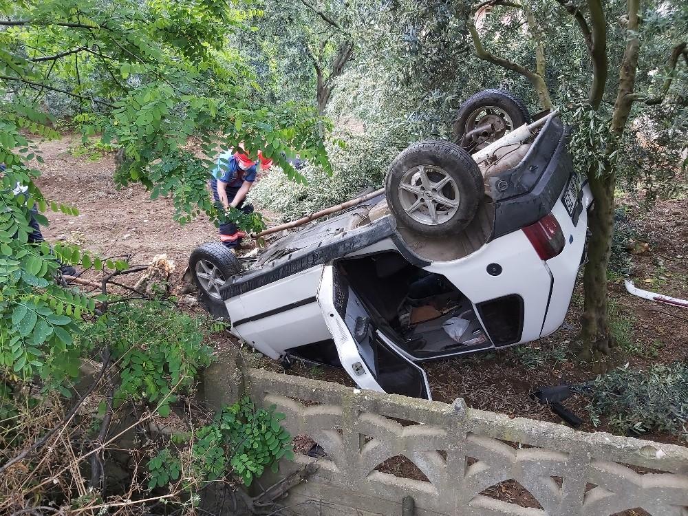 Direksiyon hakimiyetini kaybeden sürücü evin bahçesine daldı