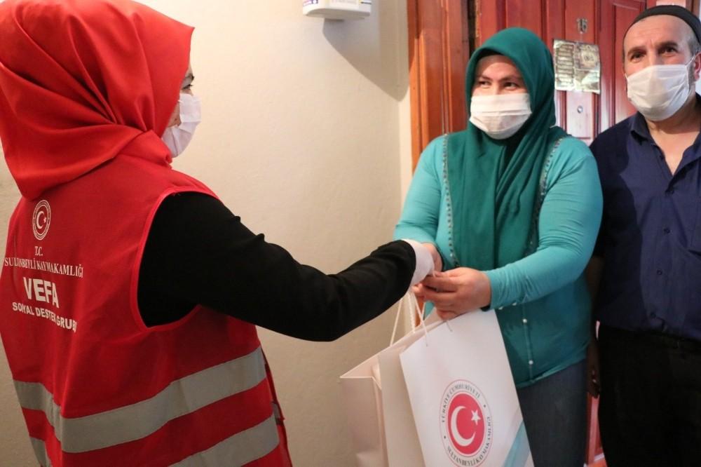 Sultanbeyli'de koruyucu ailelere ve çocuklarına bayramlık hediyeleri ulaştırıldı