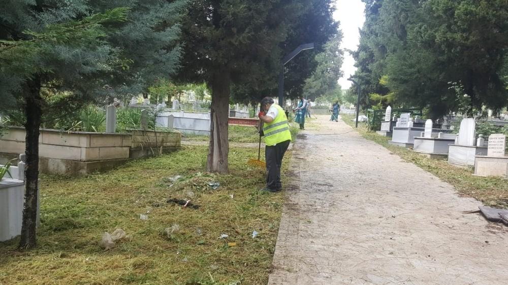 Alikahya mezarlıkları bayram sonrasına hazırladı