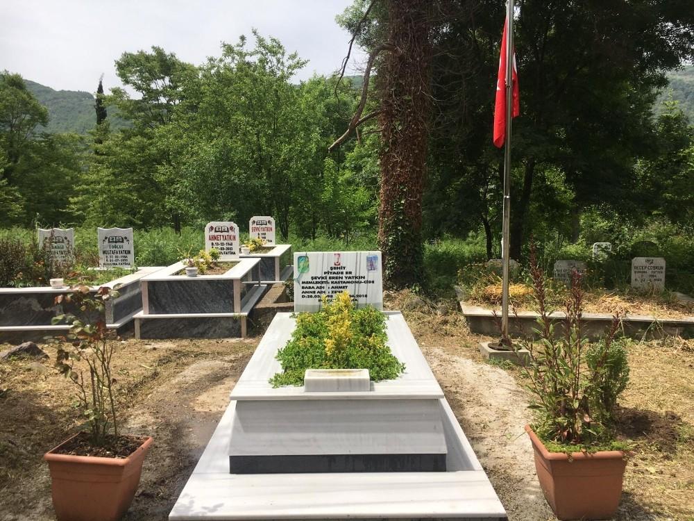 Jandarma ekipleri, şehit mezarlarını elleriyle temizledi