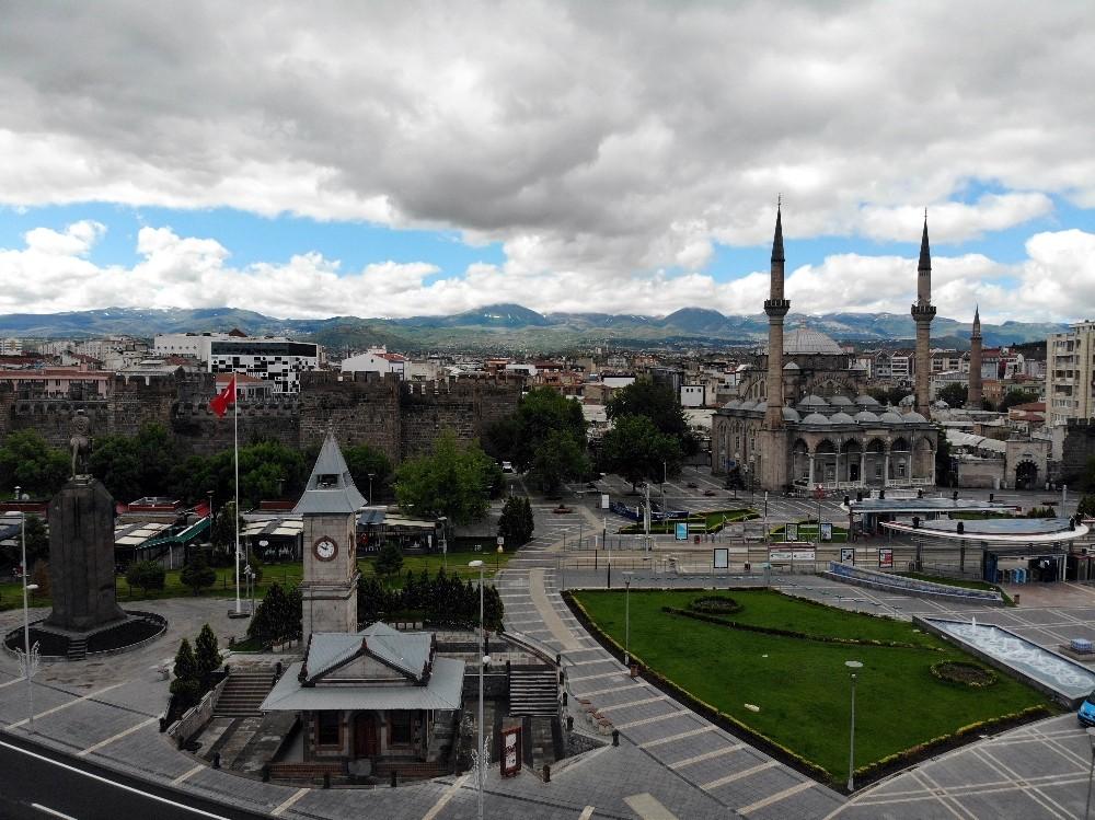 Kayseri'de Arefe günü çarşılar ve caddeler sessiz kaldı