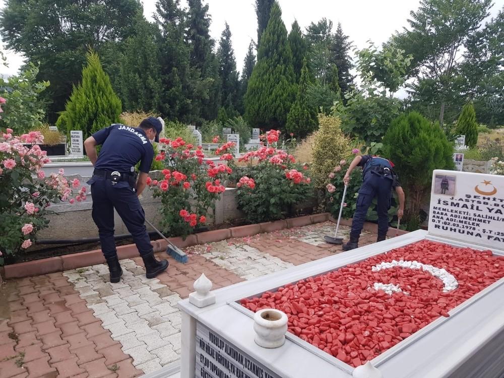 Salihli'de şehit mezarlarına jandarma eli değdi