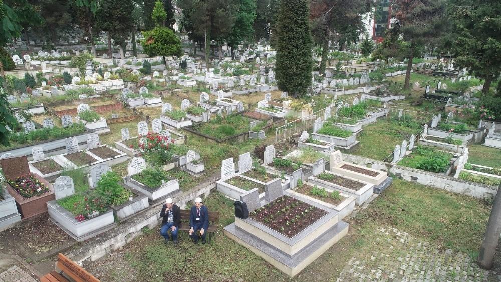 Mezarlıklar duasız kalmadı