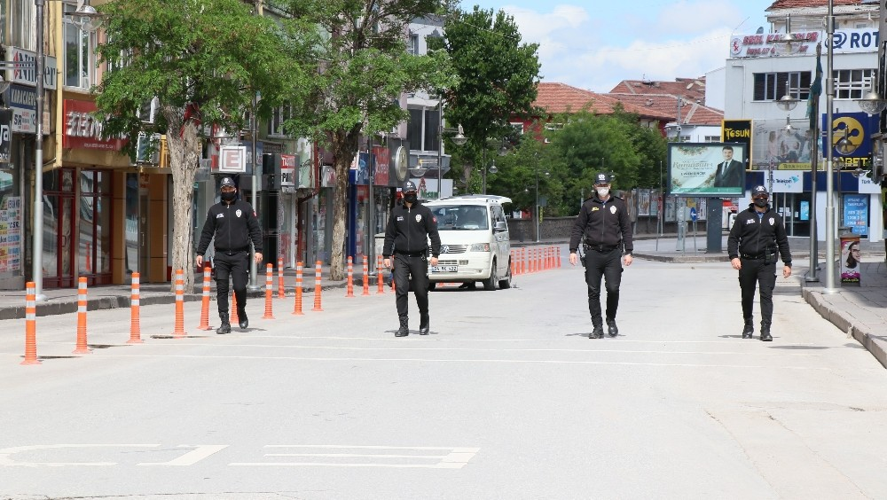 Aksaray'da sokaklar görev yapan polislere kaldı