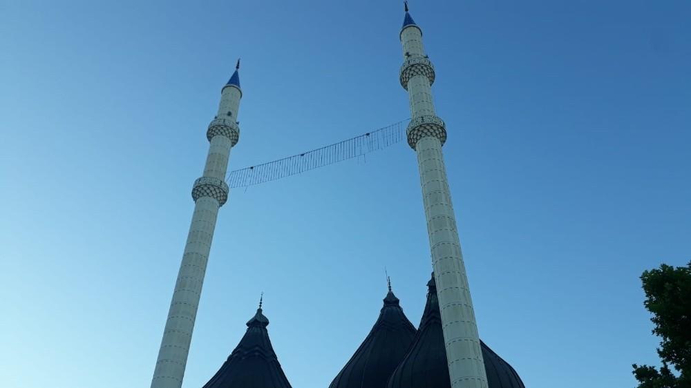 Bayramda boş kalan camilerin minarelerinden tekbir sesleri yükseldi