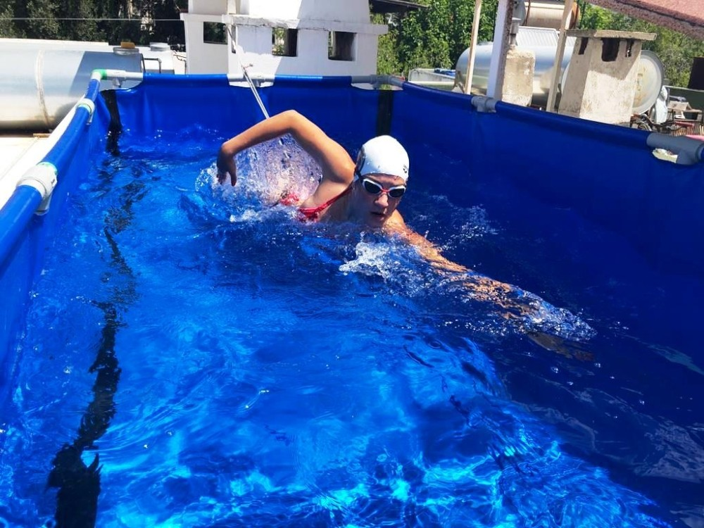 3 metrelik havuzda kilometrelerce yüzüyor
