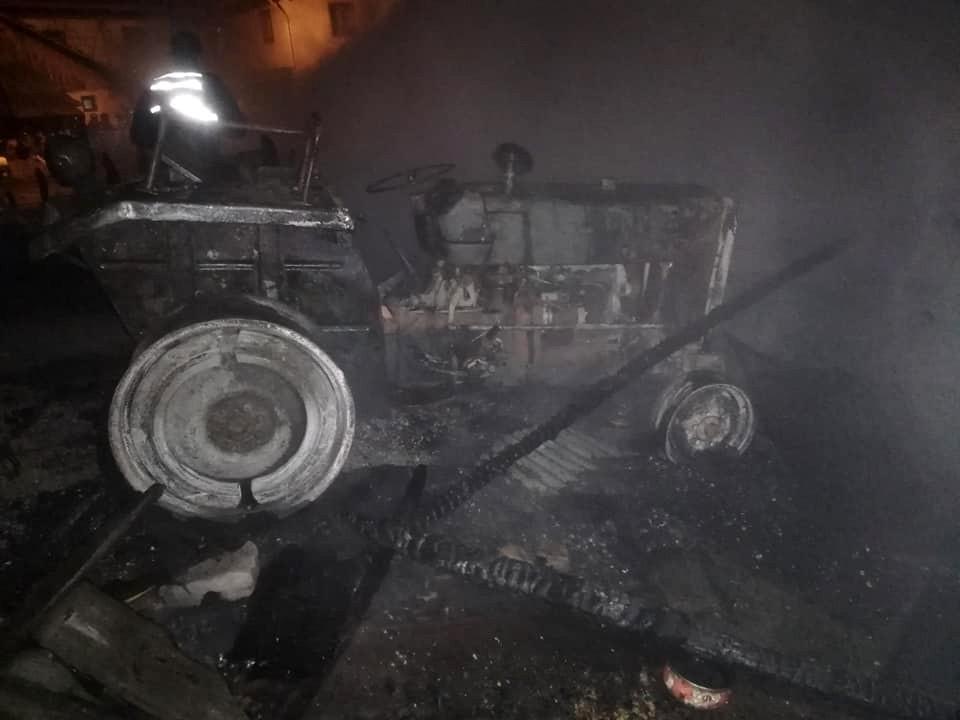 Karabük'te çıkan yangında 2 samanlık ve 1 traktör yandı