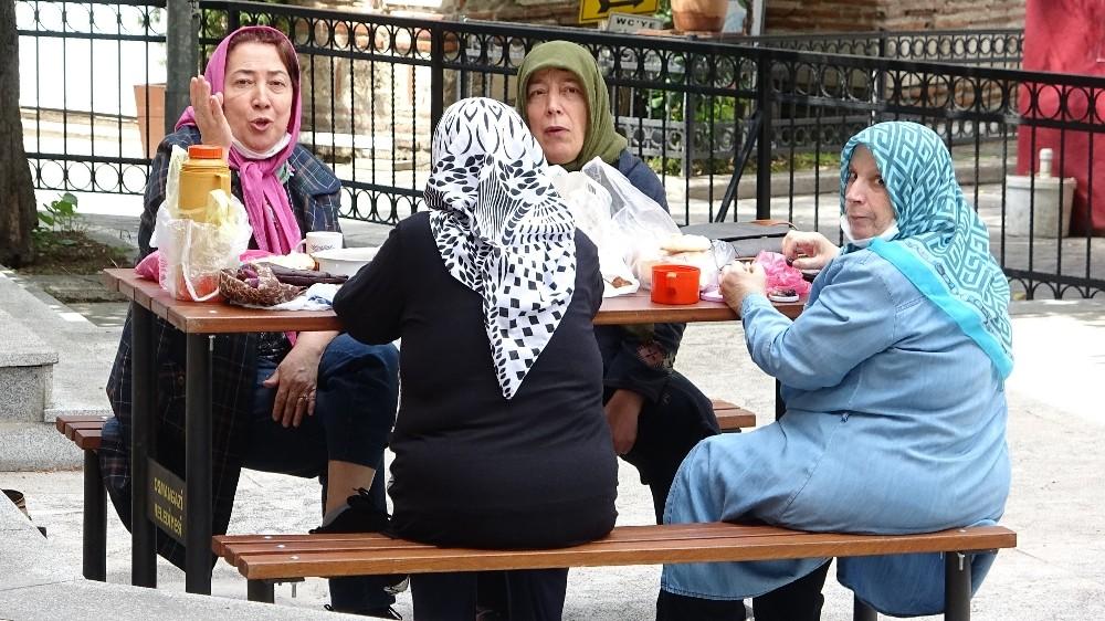 Sokağa çıkan ihtiyarların piknik keyfi