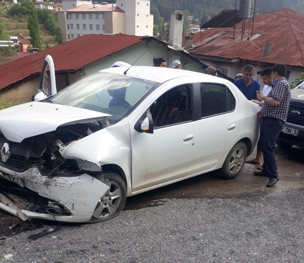 Feke'de trafik kazası: 4 yaralı