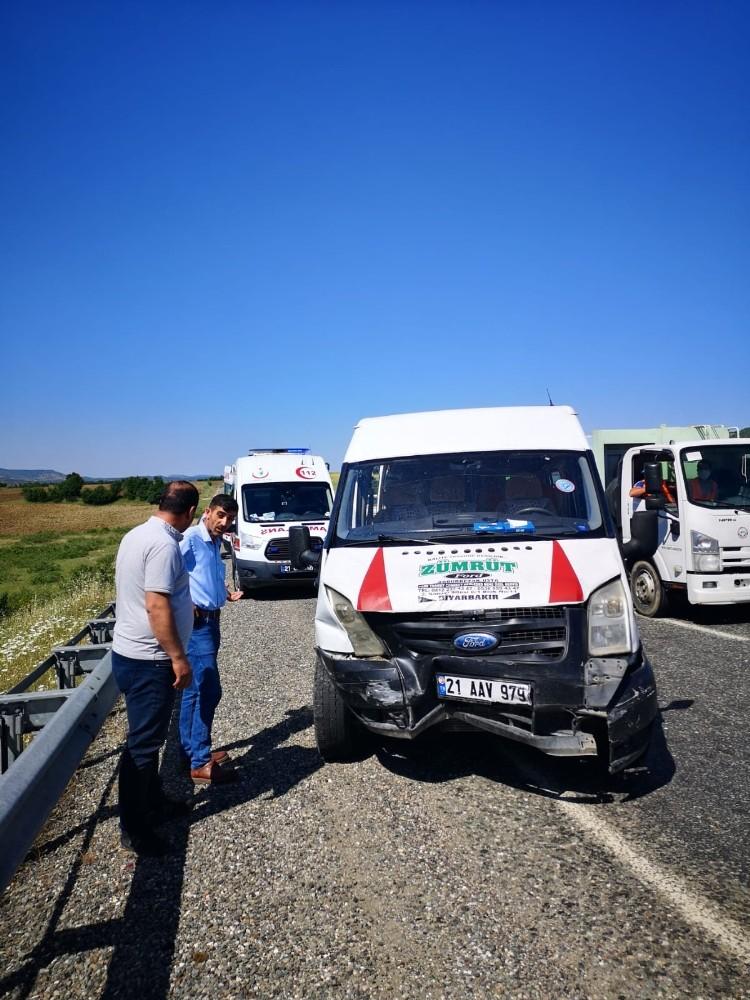 Tekerleği yerinden çıkan araç bariyerlere çarptı: 4 yaralı