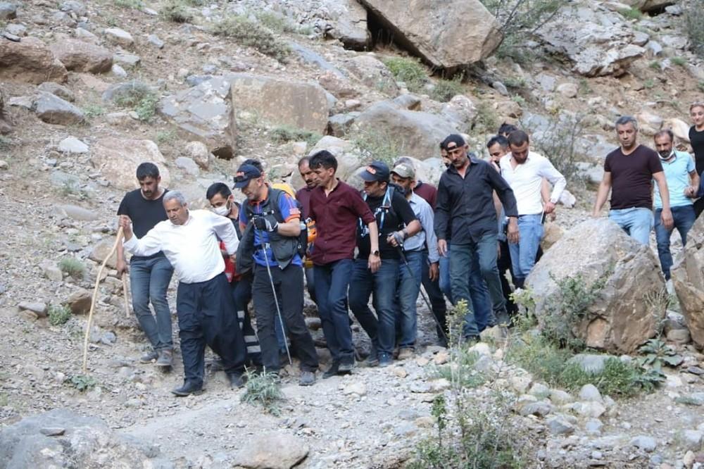 Kayalıklardan düşen şahıs 4 kilometre sedye ile taşındı