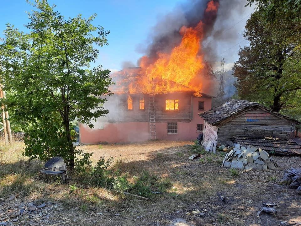 Çatalzeytin'de iki katlı ahşap ev alev alev yandı