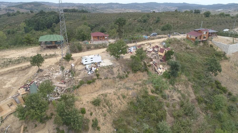 Şile'de kaçak yapılar iş makineleriyle yıkıldı