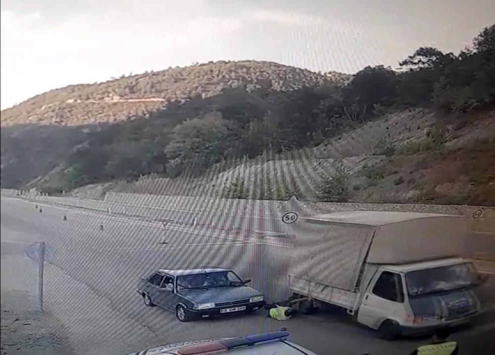 Dikkatsiz sürücü jandarmayı eziyordu
