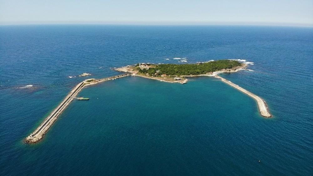Denizin ortasındaki güzelliğiyle büyüleyen adanın tek ailesi