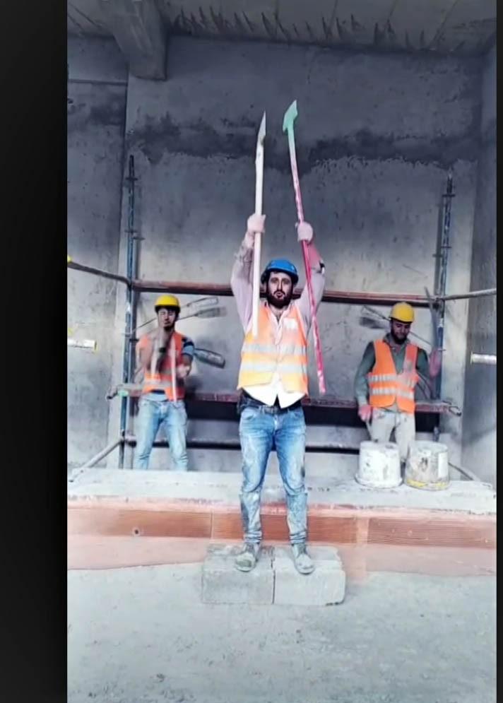 İnşaat malzemeleriyle defile yapıp şarkı söyleyen işçiler, sosyal medyayı salladı