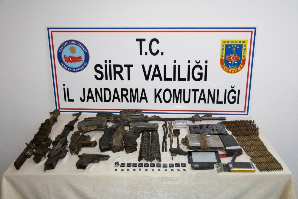 Siirt'te etkisiz hale getirilen PKK'lı teröristlere ait mühimmat ve yaşam malzemesi ele geçirildi