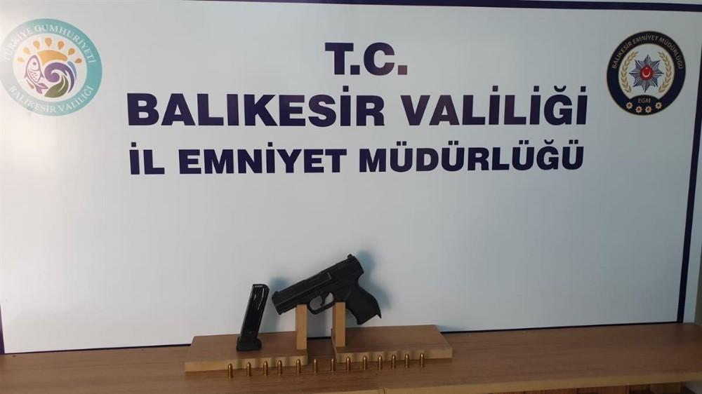 Balıkesir'de polis 4 silah ve 10 aranan şahsı yakaladı