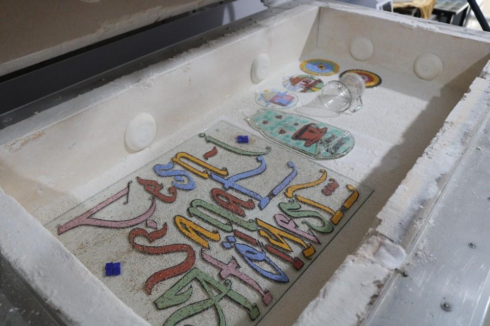 Çöpe atılan ürünleri sanat eserine dönüştürüyor