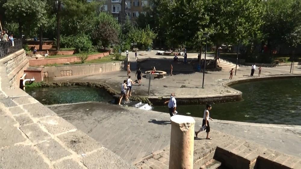 Diyarbakır'da çocuklar korona virüsü hiçe saymaya devam ediyor
