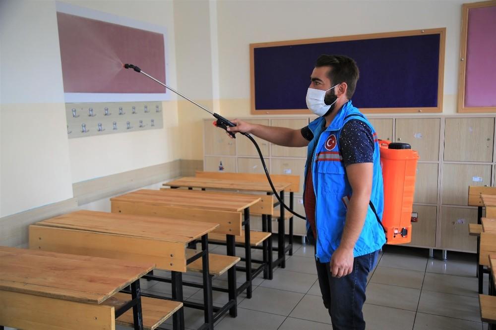 Gölbaşı Belediyesi okulların temizliği için kolları sıvadı