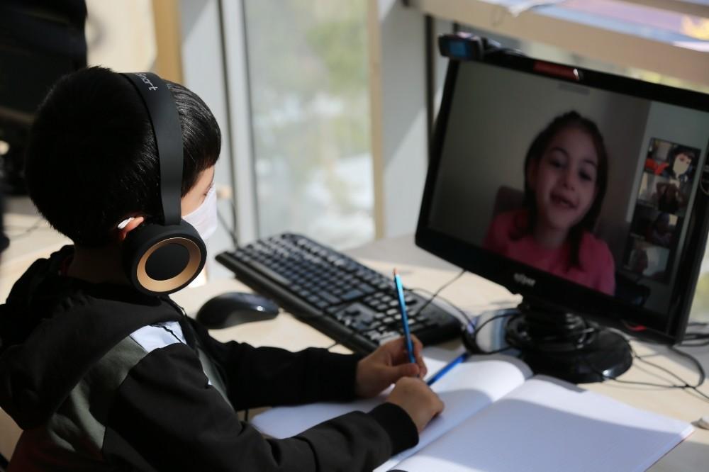 Kocaeli'de kurulan EBA destek noktası interneti olmayan öğrencilerin yardımına koştu
