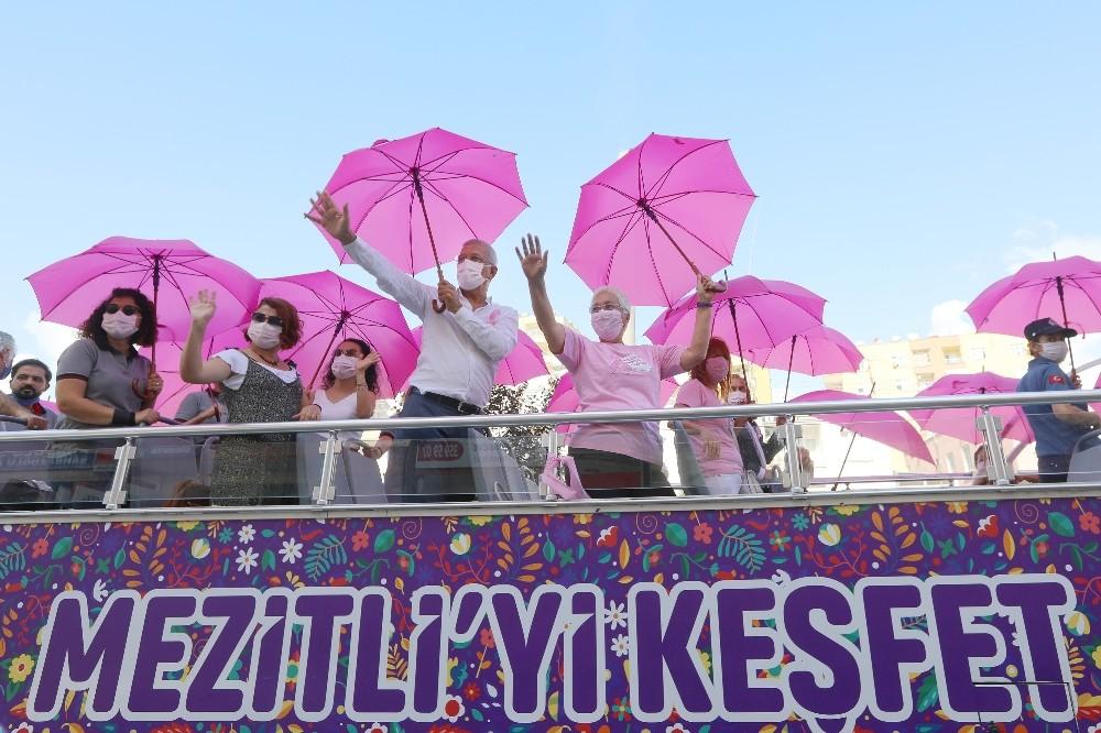 Meme kanserine dikkat çekmek için şemsiye altında toplandılar