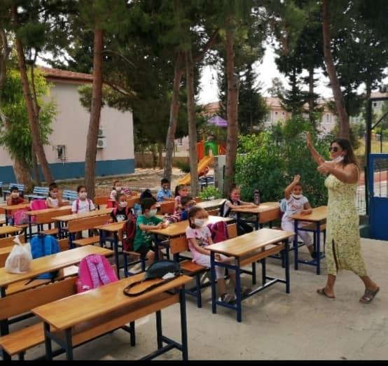 Yüz yüze eğitim için sınıfı bahçeye taşıdı