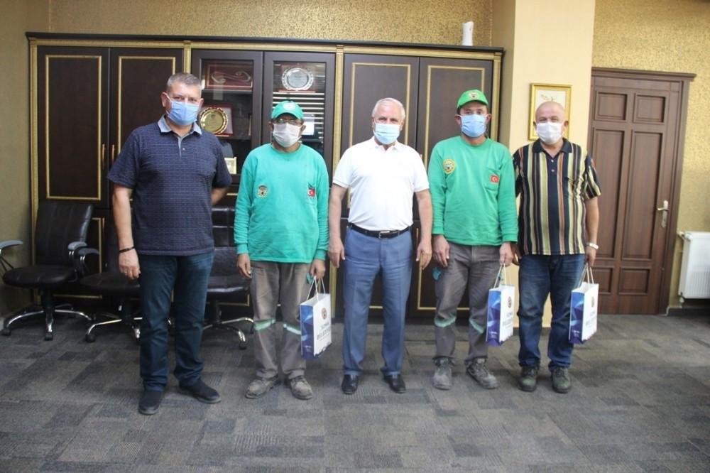 Belediye başkanı kafası teneke kutuya sıkışan kediyi kurtaran işçileri ağırladı
