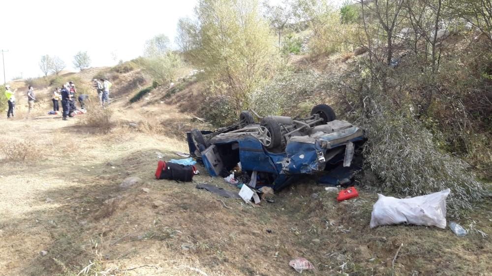 Yoldan çıkarak 50 metrelik uçuruma yuvarlandı: 2 yaralı