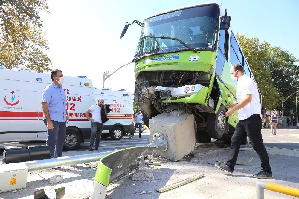 Hafif ticari araç ile çarpışan halk otobüsü şaha kalktı: 7 yaralı