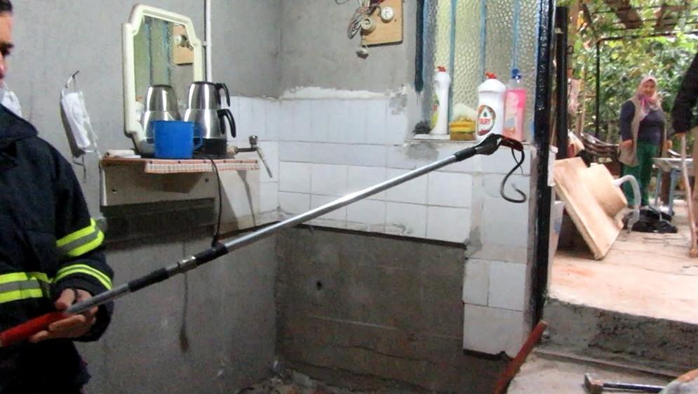 Sandıklı'da bir evin bodrum katına giren yılanı itfaiye çıkardı