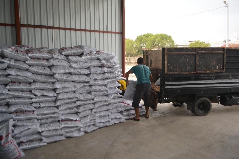 Ayvalık'ta Şefkatli Eller'den ihtiyaç sahiplerine 60 ton kömür